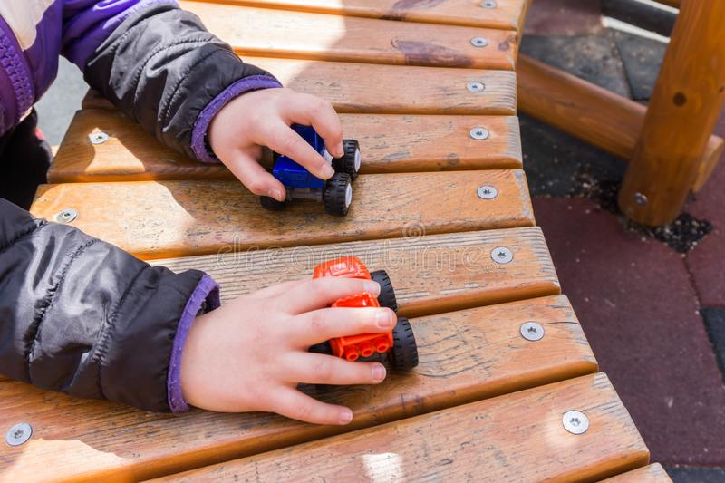 Children& x27; 在操场的s室外游戏 在孩子的小推车 图库摄影