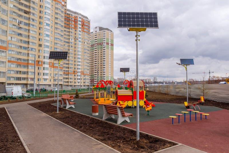 Children boisko w podwórzu mieszkanie dom z panel słoneczny zdjęcia royalty free