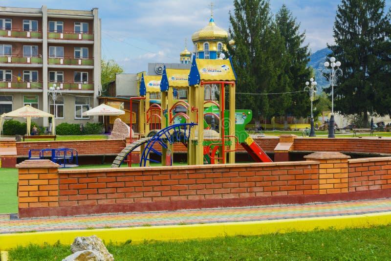 Children& x27; campo da giuoco di s nel centro della città immagine stock