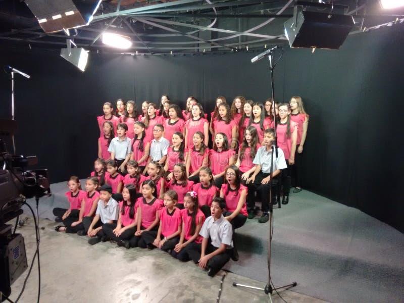 Children& x27 ; choeur de s dans le studio de TV images stock