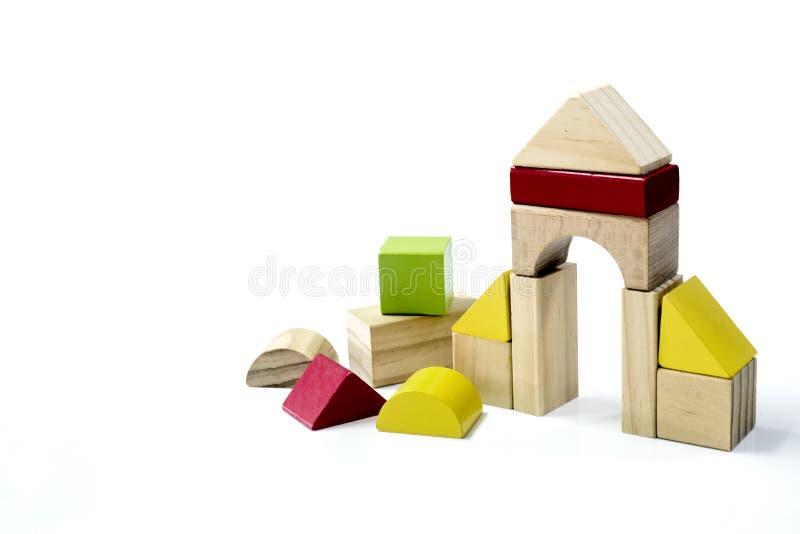 Children& di legno x27 dei mattoni della costruzione; la s gioca l'isolato di legno dei cubi su w fotografia stock libera da diritti
