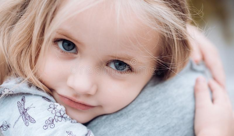 Children dzień Mała dziewczynka Lato dzień kwiat daje mum syna matkom nowego życia Wartości rodzinne kocham cię Mała dziewczynka  fotografia royalty free
