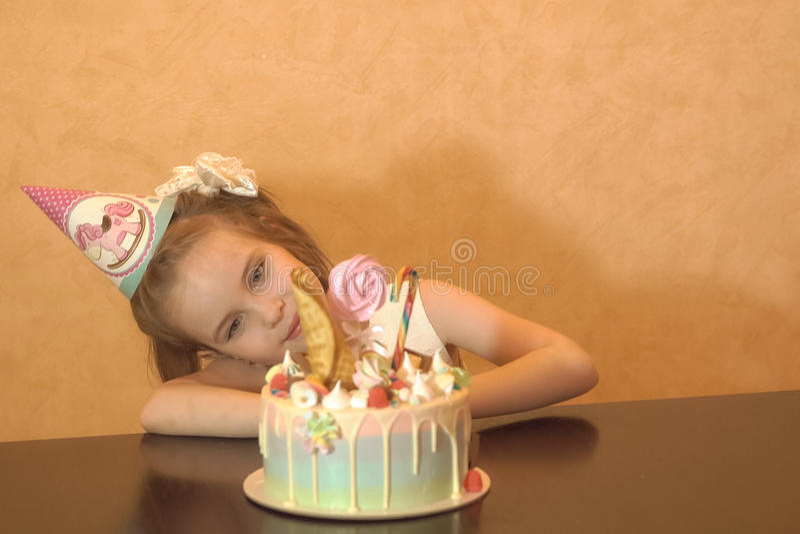 Children& x27; festa di compleanno di s Bambina che esamina il dolce Concetto di buon compleanno fotografia stock