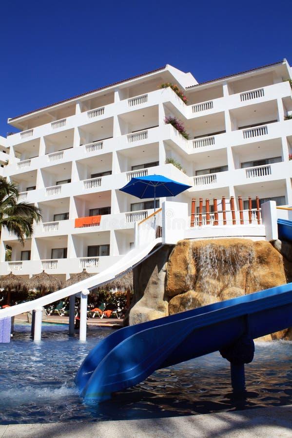 Children& x27 ; glissière de s pour la piscine dans l'hôtel photos stock