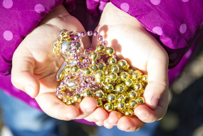 Children& x27; mãos de s que guardam o tesouro Crianças que jogam, brinquedo fotos de stock royalty free