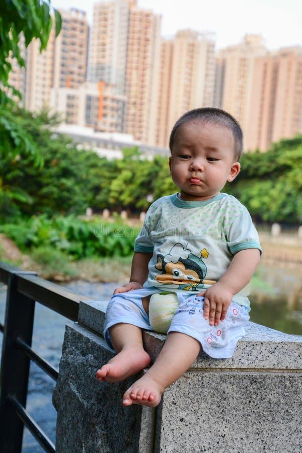 Children niebezpieczna wspinaczka fotografia stock