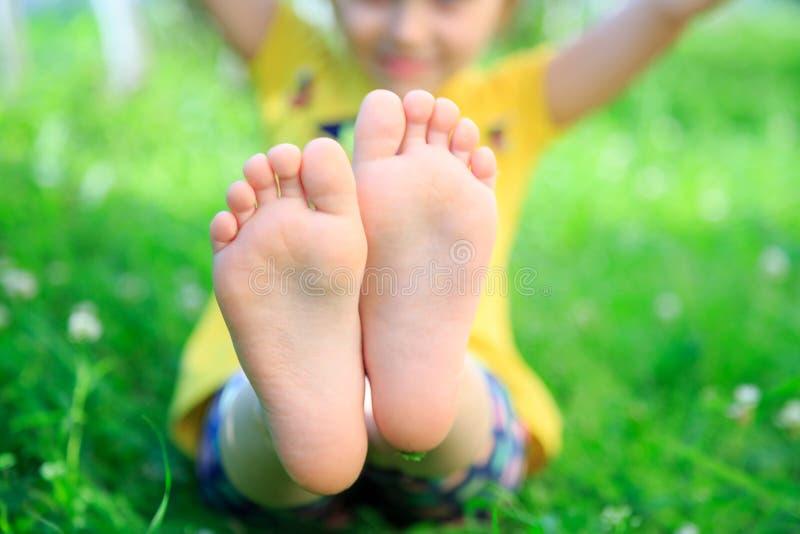 Children& x27; pés de s na grama Piquenique no parque imagens de stock royalty free