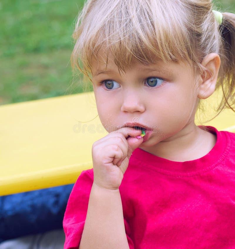 2 children playground Милая маленькая девочка имея потеху в общественном парке стоковая фотография rf