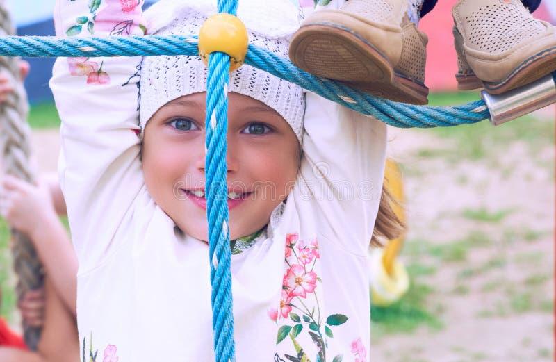 2 children playground 逗人喜爱的女孩获得乐趣在公园 免版税库存照片