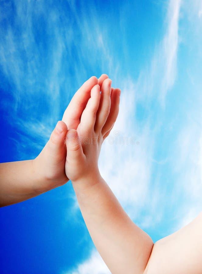 Children ręk zakończenie na niebie obraz royalty free