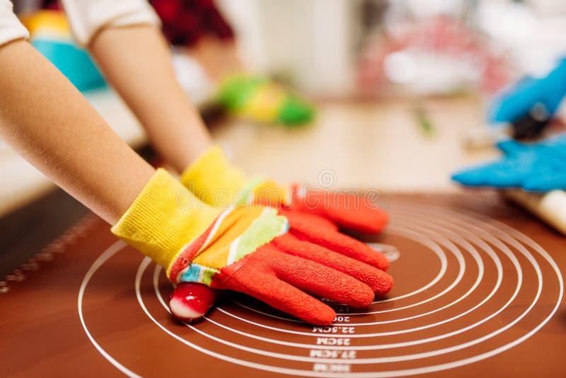 Children ręki w rękawiczkach, karmelu robić obraz stock