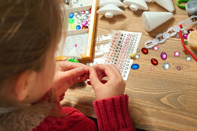 Children robi dekoracje dla nowego roku wakacje Obraz akwarele Odgórny widok Grafiki miejsce pracy z kreatywnie akcesoriami obraz stock