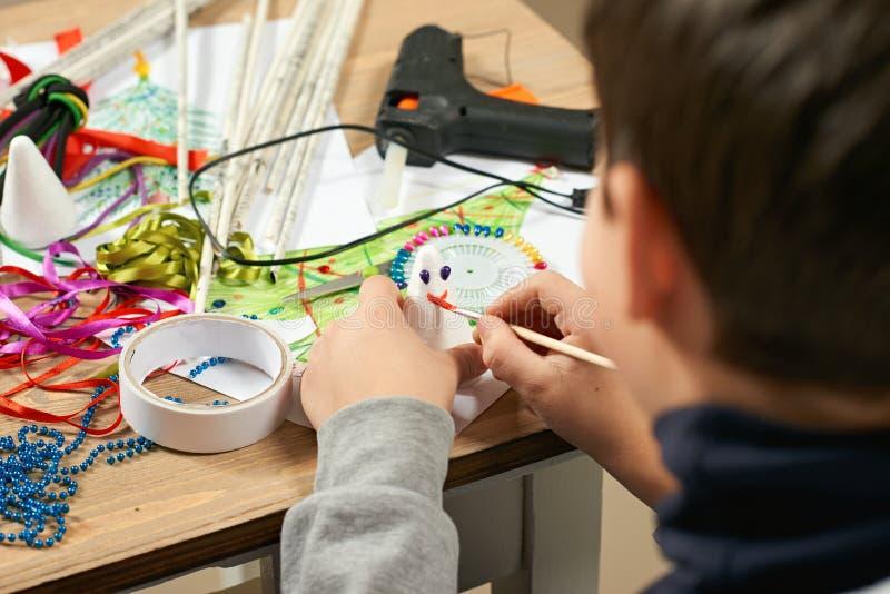 Children robi dekoracje dla nowego roku wakacje Obraz akwarele Odgórny widok Grafiki miejsce pracy z kreatywnie akcesoriami zdjęcia royalty free