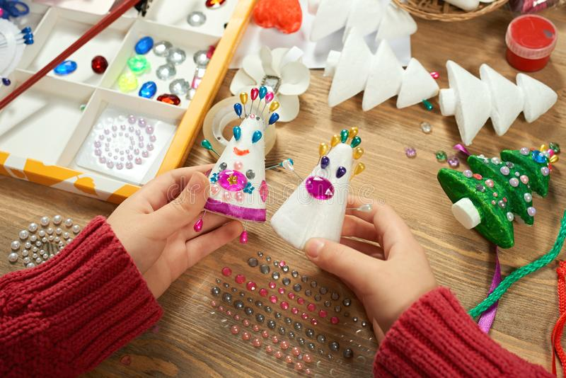 Children robi dekoracje dla nowego roku wakacje Obraz akwarele Odgórny widok Grafiki miejsce pracy z kreatywnie akcesoriami fotografia stock
