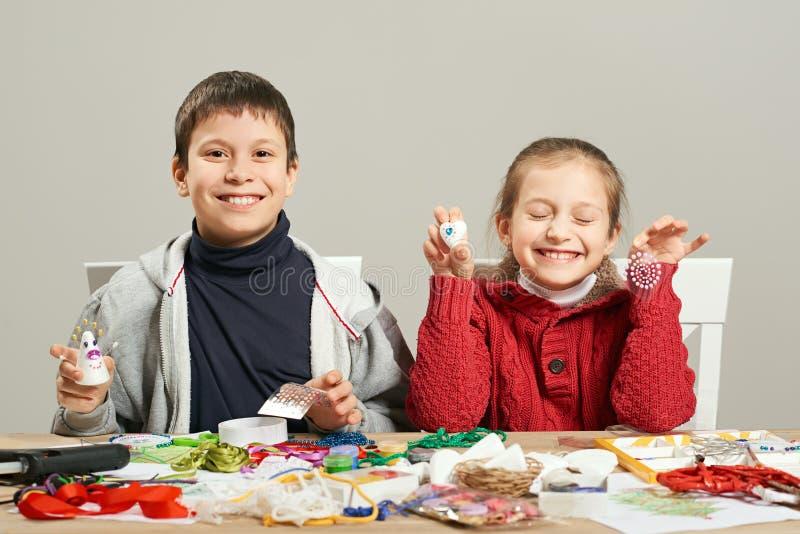 Children robi dekoracje dla nowego roku wakacje Obraz akwarele Odgórny widok Grafiki miejsce pracy z kreatywnie akcesoriami obrazy stock