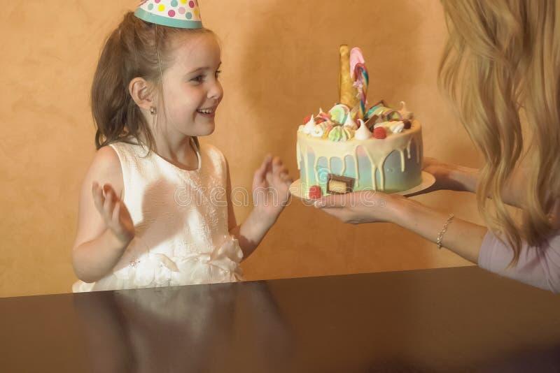 Children& x27; s-födelsedagparti födelsedagkaka för liten födelsedagflicka Familjberöm royaltyfria foton