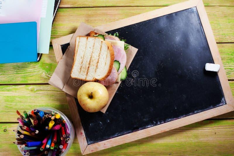 Children& x27; s lunch aan schoolraad, krijt, een ruimte voor inschrijving, appel, sandwich stock foto's