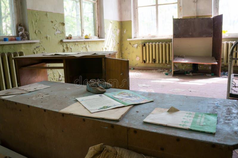 Children& x27; s rezerwuje na zakurzonym biurku w Chernobyl zdjęcia stock
