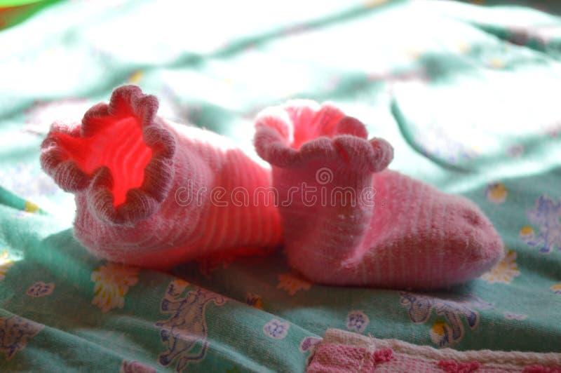Children' s-sockor tände vid solljus från fönstret royaltyfria bilder