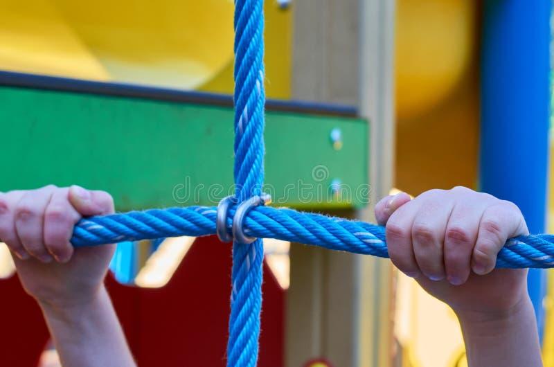 children& x27; s speelplaats in een openbaar park, kid& x27; s vermaak en recreatie, alpinisme opleiding stock afbeeldingen