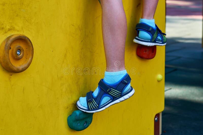 children& x27; s speelplaats in een openbaar park, kid& x27; s vermaak en recreatie, alpinisme opleiding, met kid& x27; s been royalty-vrije stock afbeeldingen