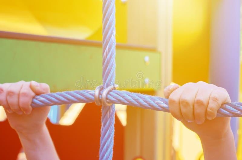 children& x27; s speelplaats in een openbaar park, kid& x27; s vermaak en recreatie, alpinisme opleiding, zonlichteffect stock afbeelding