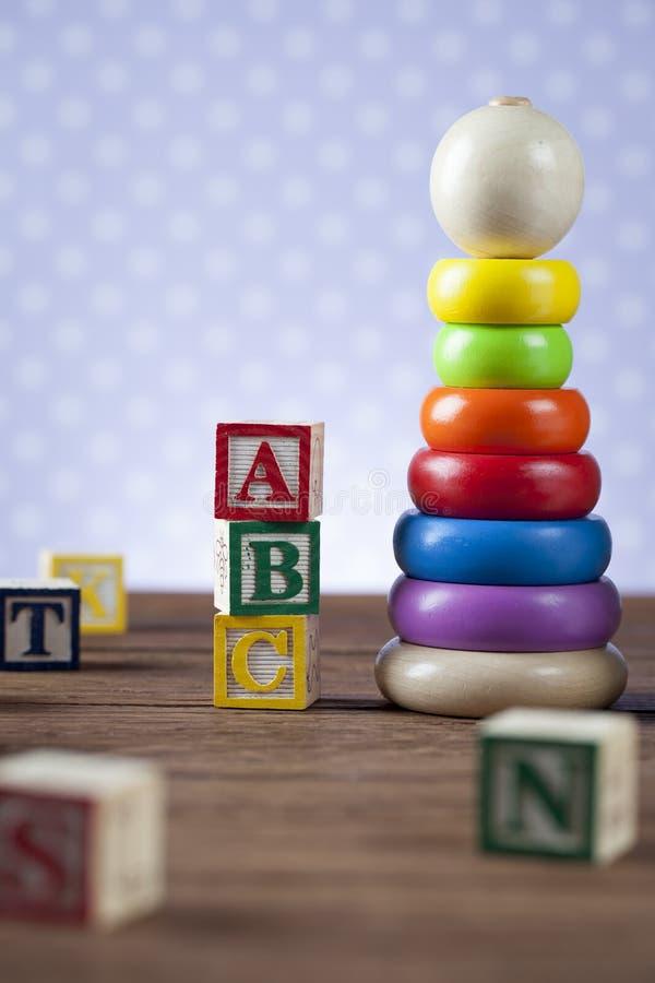 Children& x27; s-världsleksak på en träbakgrund royaltyfri bild