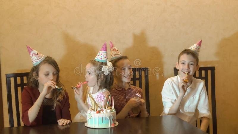 Children& x27; s verjaardagspartij verjaardagscake voor weinig feestvarken Familieviering stock foto