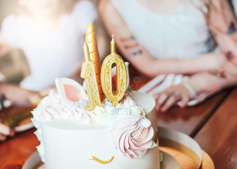 Children& x27; s wręcza małym dziewczynkom zasięg dla torta Duża piękna tortowa jednorożec na dziesięć rok urodziny mały Princess zdjęcie royalty free