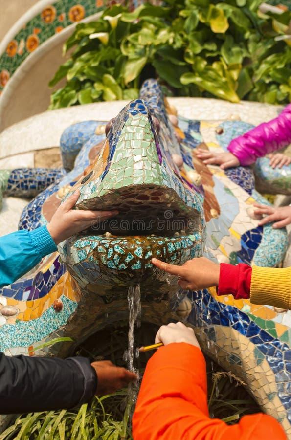 Children& x27; statua famosa commovente delle mani di s immagine stock