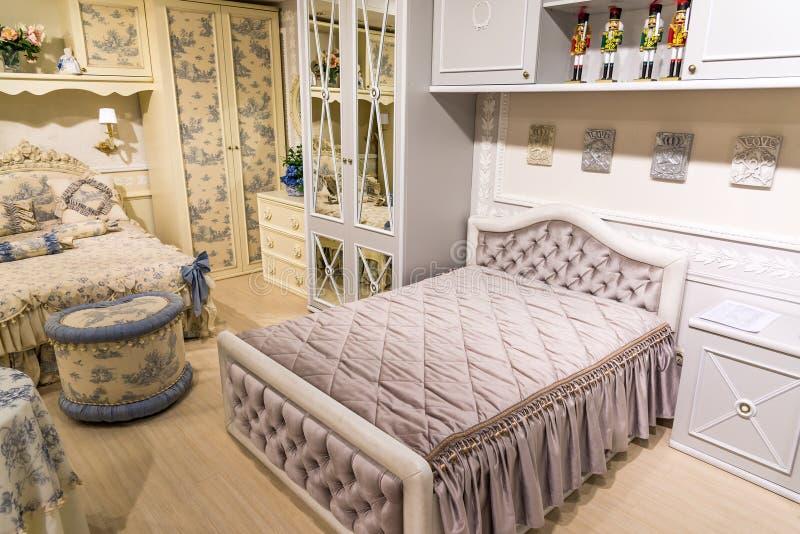 Children sypialnia w beżu z meble zdjęcia stock