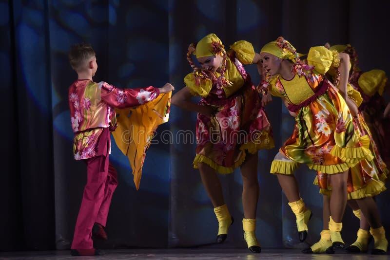 Children teatralnie występ taniec grupa w krajowych kostiumach zdjęcia stock