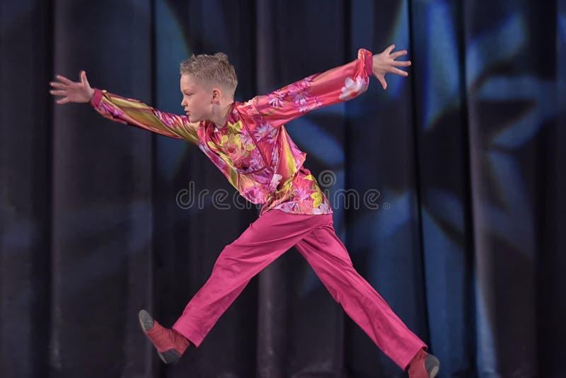 Children teatralnie występ taniec grupa w krajowych kostiumach obrazy royalty free
