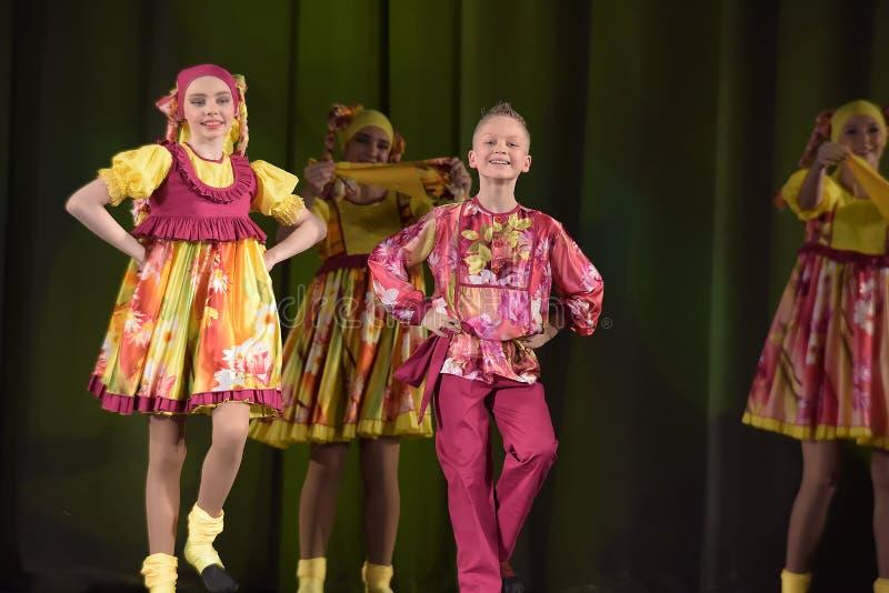 Children teatralnie występ taniec grupa w krajowych kostiumach zdjęcie royalty free