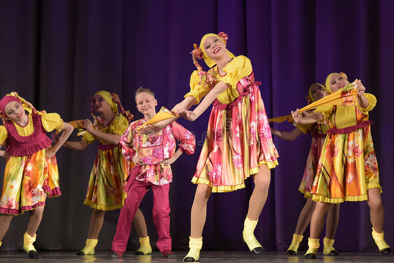 Children teatralnie występ taniec grupa w krajowych kostiumach fotografia royalty free