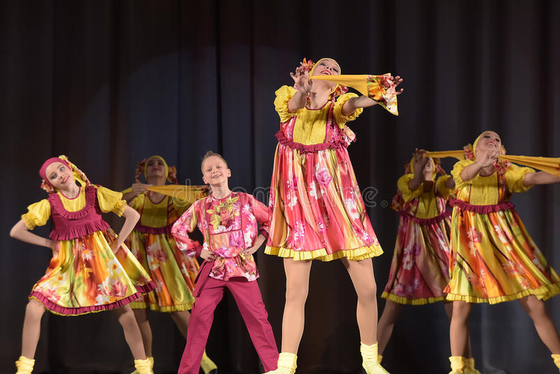 Children teatralnie występ taniec grupa w krajowych kostiumach obrazy stock
