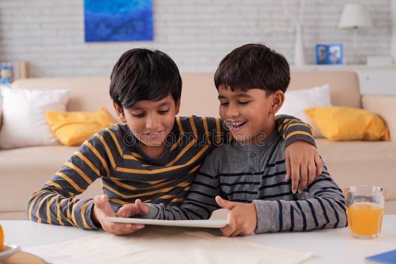 Childrenwith-Tablet-Computer lizenzfreie stockbilder