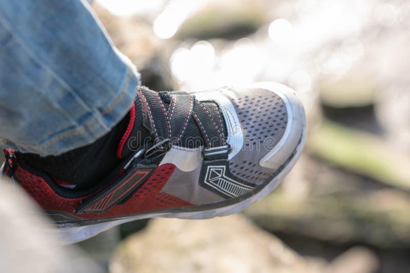 childs运动鞋的特写镜头 免版税库存照片