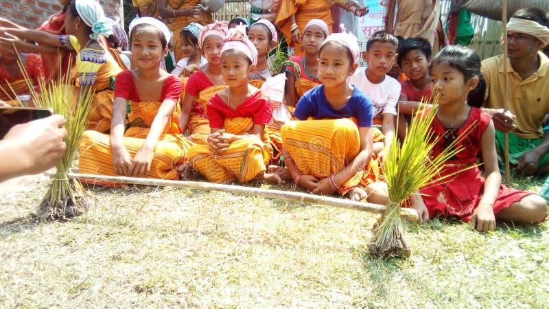Childs bonitos de Boro com seus vestidos do vestuário imagem de stock