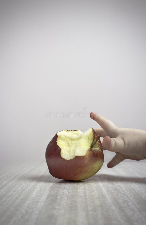 Ergreifung eines Apfels lizenzfreie stockfotos