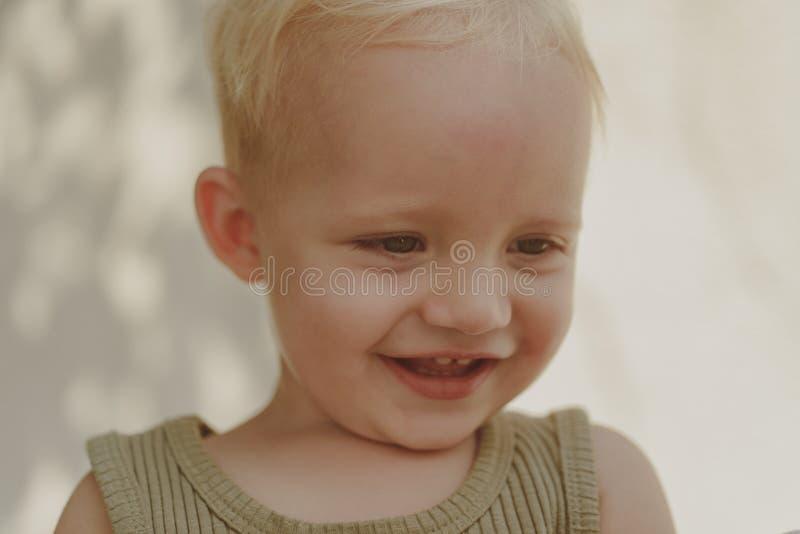 Childs miłość jest w ten sposób czysta Cieszyć się szczęśliwego dzieciństwo szczęśliwego dziecka Chłopiec szczęśliwy ono uśmiecha fotografia stock
