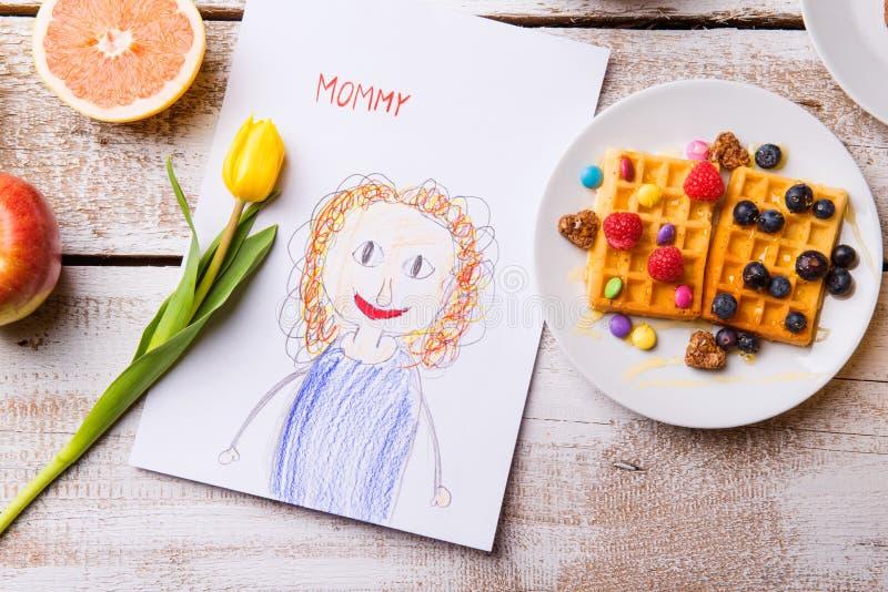 Childs-Zeichnung ihrer Mutter, gelbe Tulpe, Waffeln lizenzfreies stockfoto