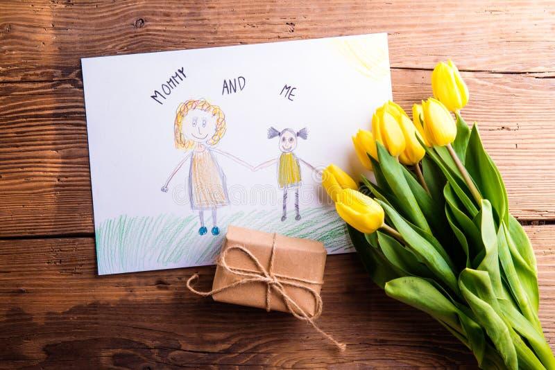 Childs-Zeichnung ihrer Mutter, gelbe Tulpen, wenig Geschenk stockfoto
