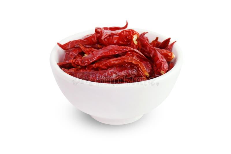 Chile, chiles rojos secados en una taza blanca en el fondo blanco, sabor caliente picante rojo de los chiles imágenes de archivo libres de regalías