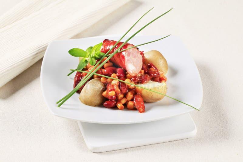 Chile de la haba y del maíz con la salchicha y las patatas fotografía de archivo libre de regalías
