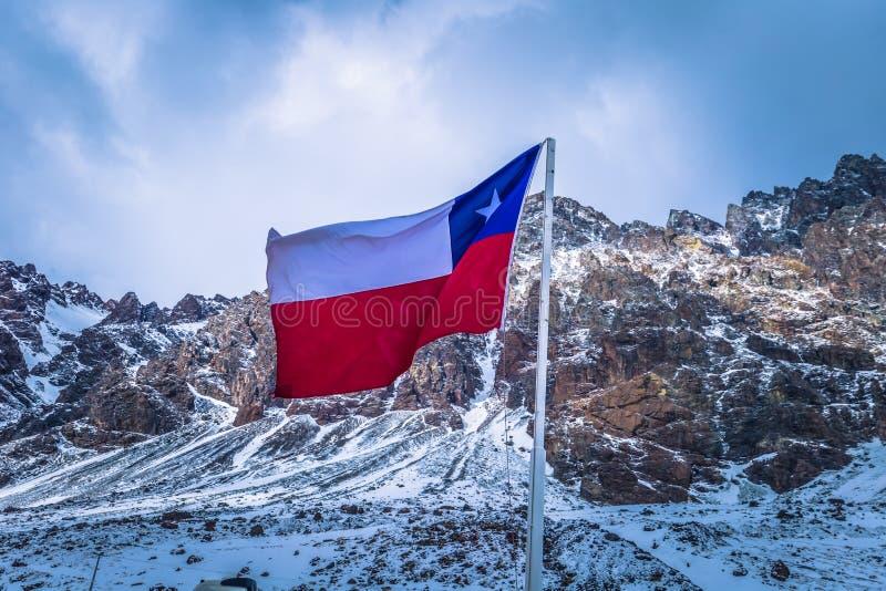 Chile - Juli 07, 2017: Chilensk flagga i gränsen mellan Argentina och Chile royaltyfria foton