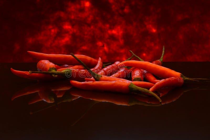 Chile o pimientas de cayena rojo en las llamas imágenes de archivo libres de regalías