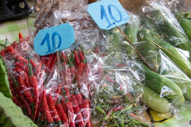 Chile rojo de la especia fresca con precio en mercado tailandés fotografía de archivo libre de regalías