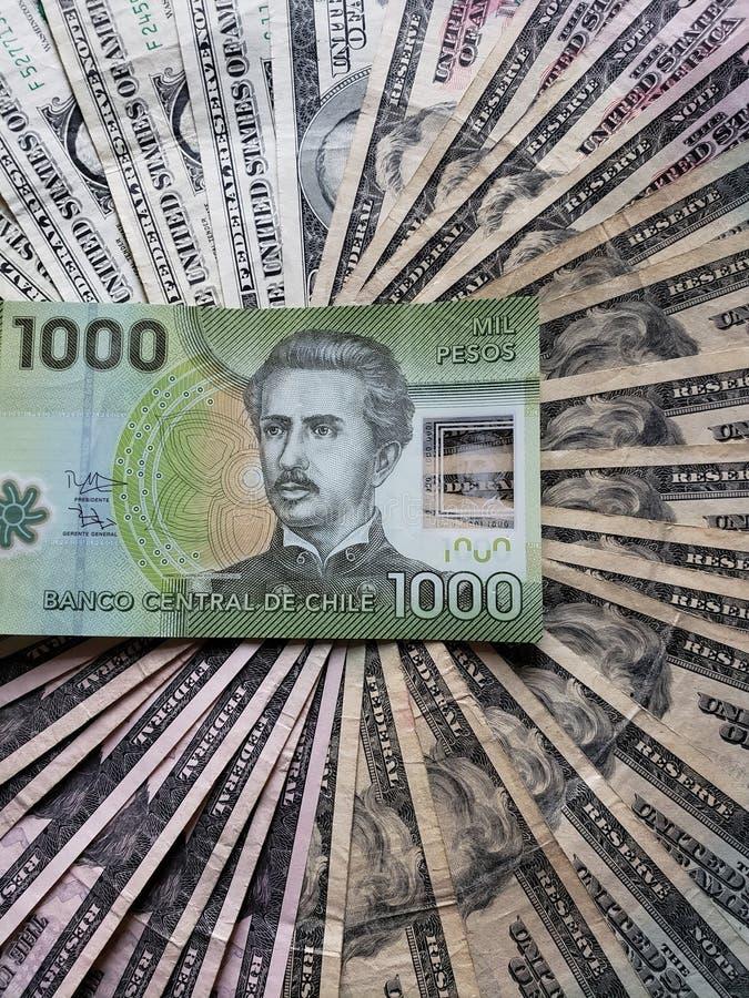 Chileens bankbiljet van 1000 peso's en achtergrond met Amerikaanse dollarsrekeningen