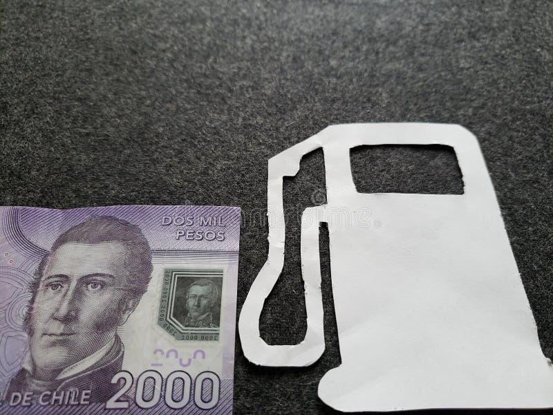 Chileens bankbiljet van 2000 peso's en cijfer van benzinepomp in wit stock foto